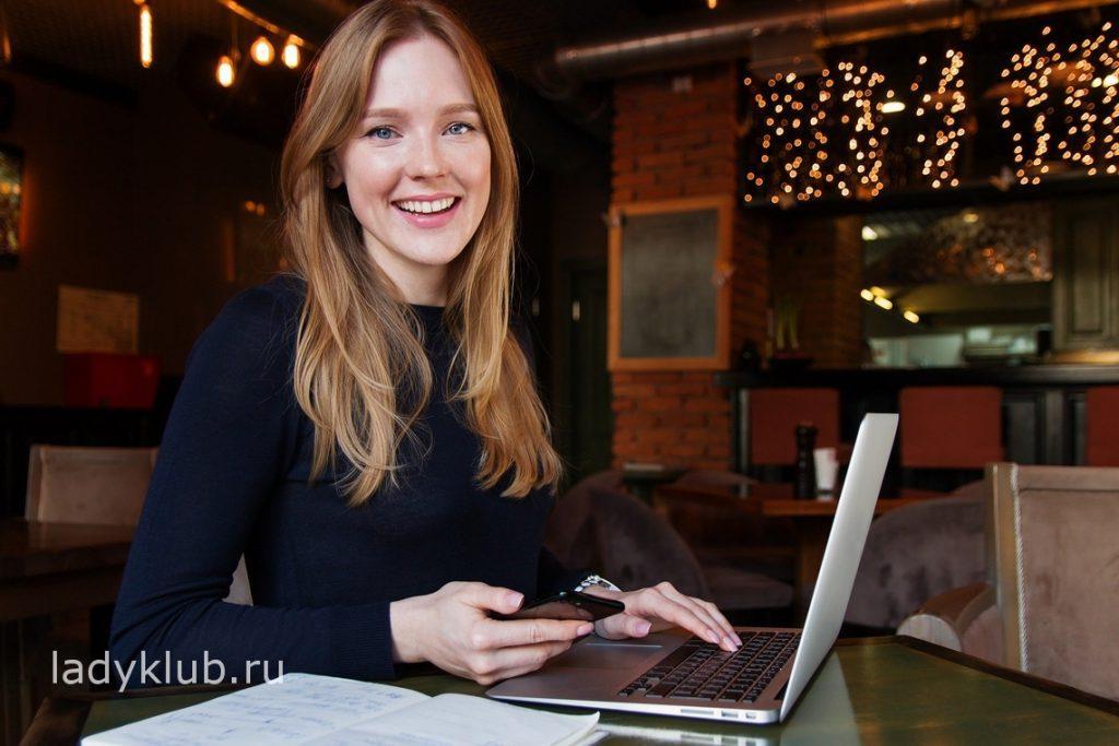 Девушка фрилансер в кафе