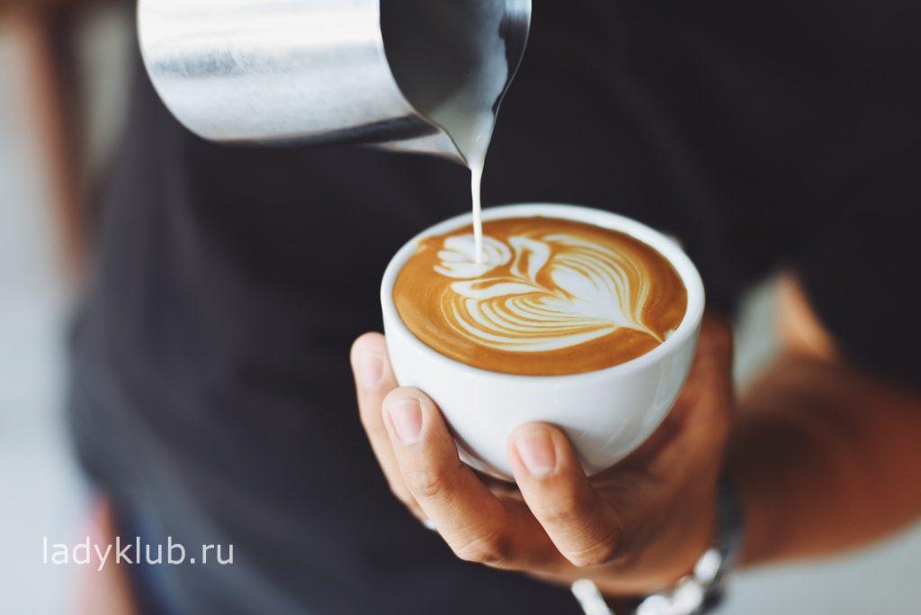 Предложите девушке выпить чашечку кофе
