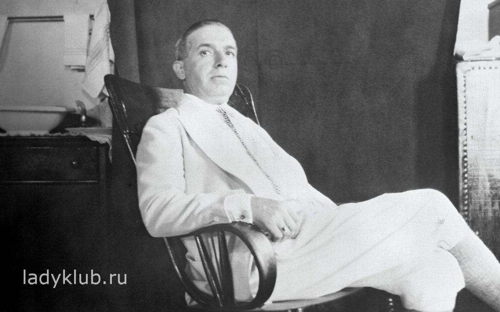 Чарльз Понци расслабляется в кресле