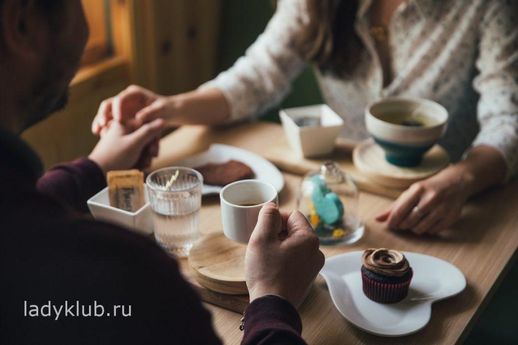 Выпить чашку чая в столовой или кафе с девушкой